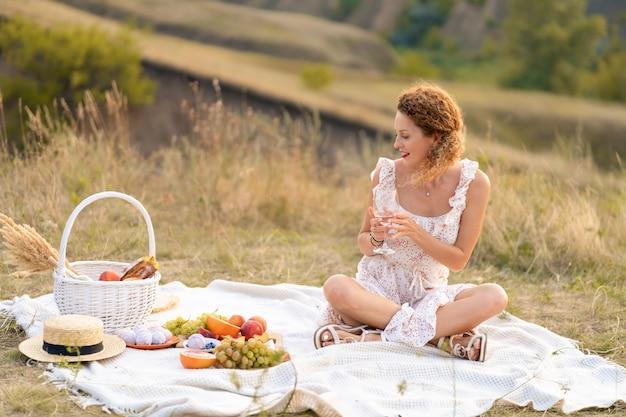 Mooi meisje op een picknick op een schilderachtige plek. romantische picknick