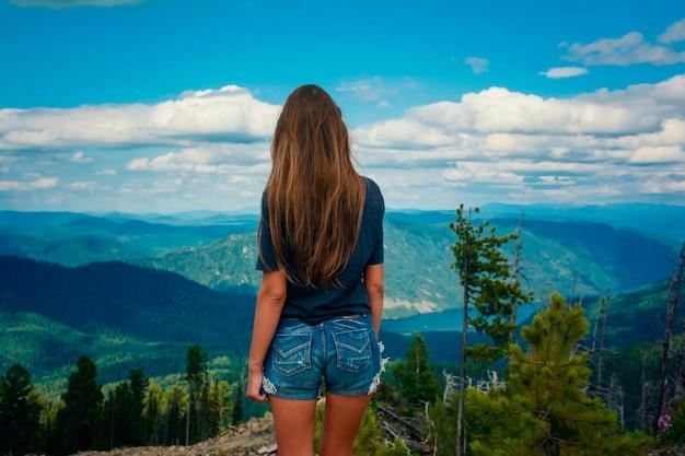 Mooi meisje op een prachtig berglandschap in de zomer