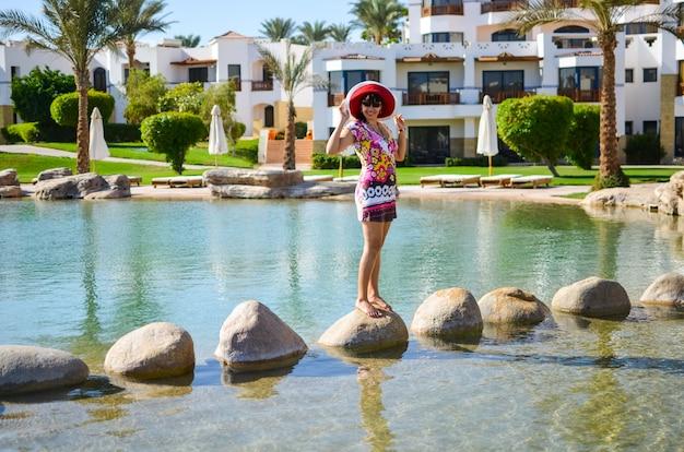Mooi meisje op een resort in egypte