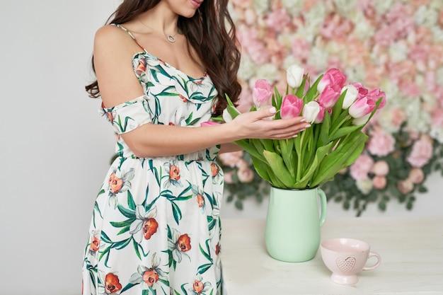 Mooi meisje op florale achtergrond.