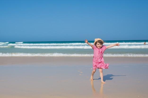 Mooi meisje op het strand eiland fuerteventura, corralejo Premium Foto