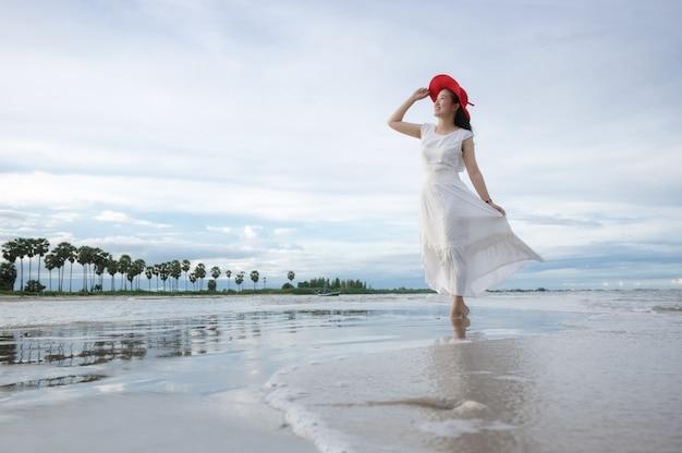 Mooi meisje op het strand.