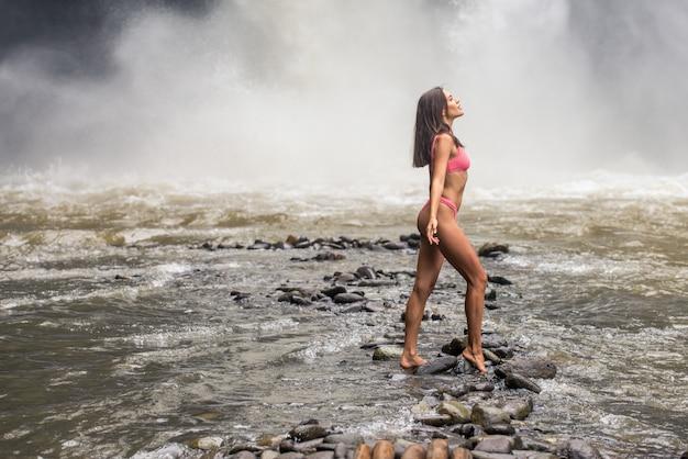 Mooi meisje op tegenungan waterval, bali