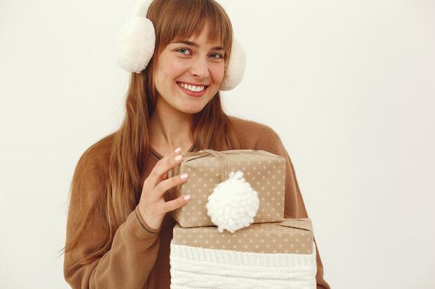 Mooi meisje permanent in een studio met cadeautjes