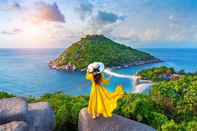 Mooi meisje permanent op gezichtspunt op het eiland koh nangyuan in de buurt van het eiland koh tao, surat thani in thailand