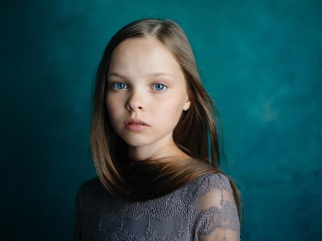 Mooi meisje poseren aantrekkelijke look studio close-up
