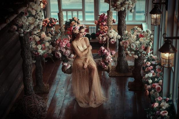 Mooi meisje poseren in een kamer vol bloemen