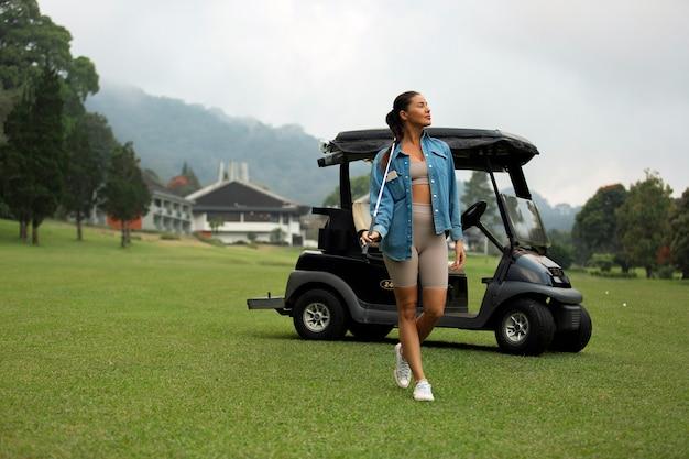 Mooi meisje poseren op de golfbaan