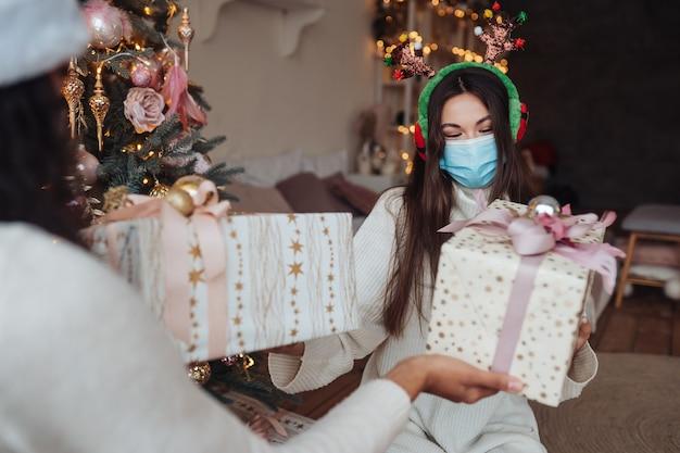 Mooi meisje ruilt cadeaus voor het nieuwe jaar