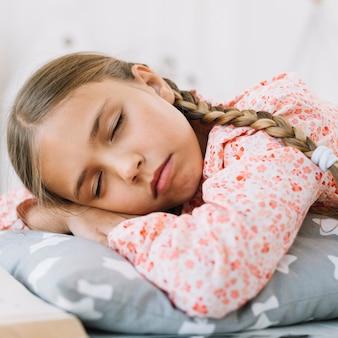 Mooi meisje slaapt na het lezen