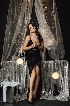 Mooi meisje staat bij een versiering in zilverkleur