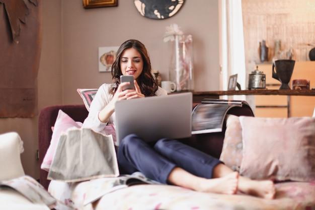 Mooi meisje texting vanuit huis