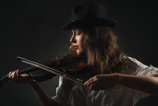 Mooi meisje viool spelen
