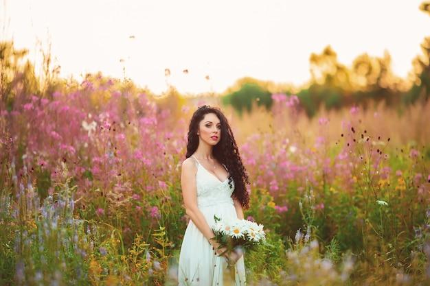 Mooi meisje vrijgezellenfeest met bloemen
