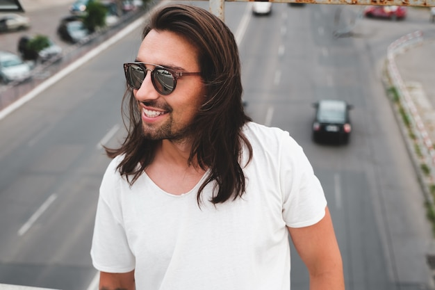 Mooi mensenportret dat modieuze zonnebril draagt