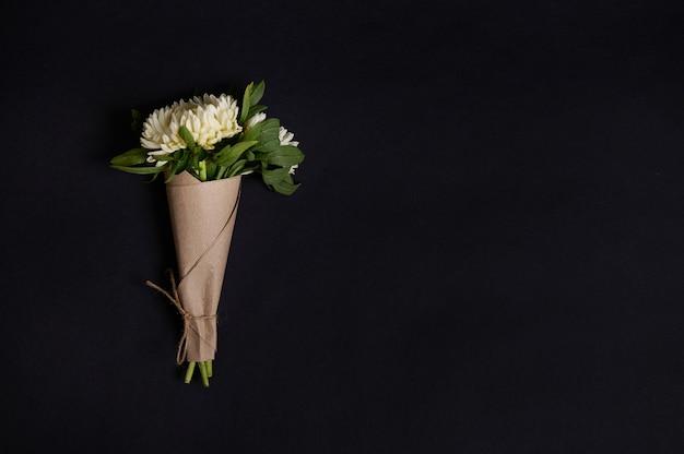 Mooi minimalistisch boeket van witte asters, herfstbloemen geïsoleerd op zwarte achtergrond met kopieerruimte. bloemen grens. platliggende stijl.
