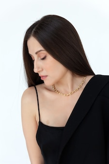 Mooi model brunette in moderne gouden metalen ketting
