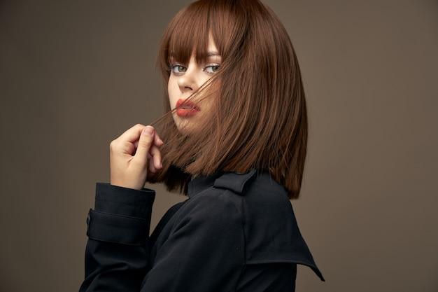 Mooi model europese uitstraling stijlvolle kleding close-up Premium Foto