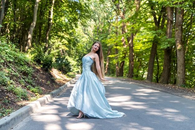 Mooi model gekleed in modieuze kleding buitenshuis poseren
