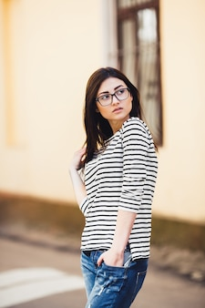 Mooi model in een gestreepte trui met bril