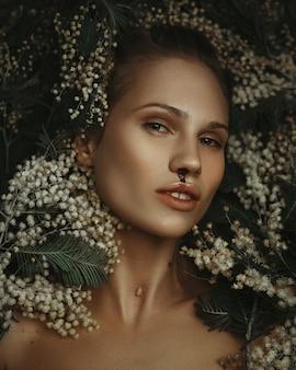 Mooi model is diep emotioneel poseren in een donkere studio