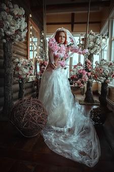 Mooi model poseert met creatieve make-up en bloemen