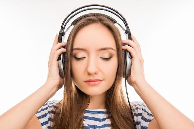 Mooi mooi meisje, luisteren naar vreedzame muziek op de koptelefoon