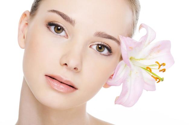 Mooi mooi vrouwelijk gezicht met gezondheids teint close-up