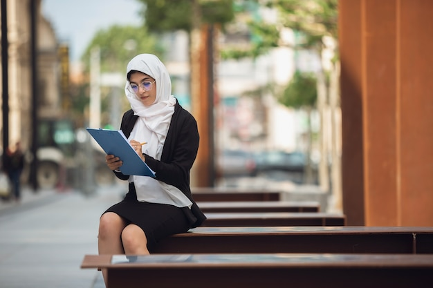 Mooi moslim succesvol onderneemsterportret, zekere gelukkige ceo