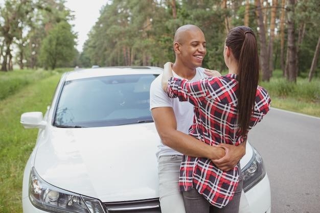 Mooi multiraciaal paar genieten van reizen met de auto