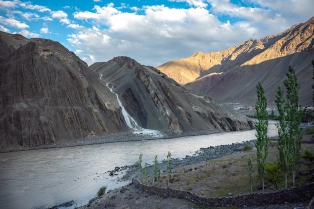 Mooi natuurlijk landschap met bergen bij alchi-dorp, ladakh india.