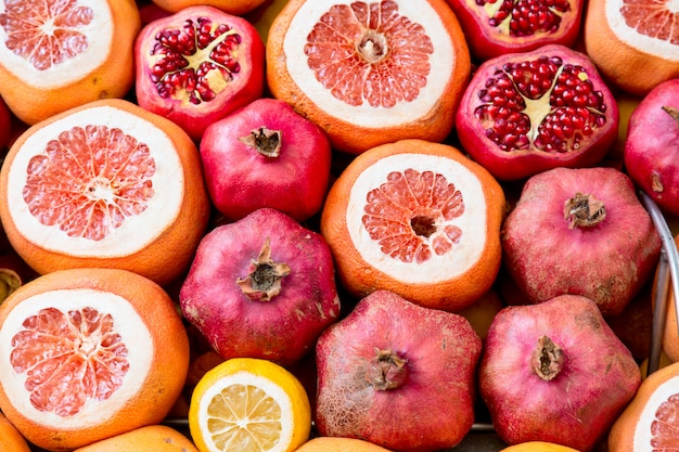 Mooi natuurlijk met granaatappels, sinaasappels en druivenfruit.