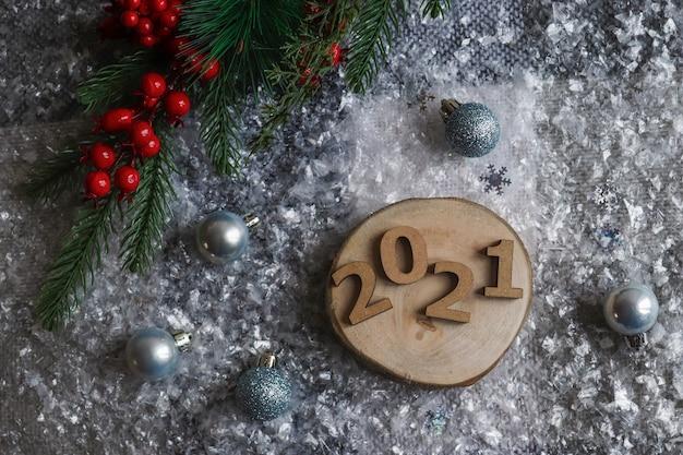 Mooi nieuwjaar plat lag met houten cijfers, kerstballen en kerstboom