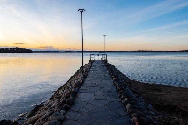 Mooi noordelijk landschapslandschap van overzees in finland