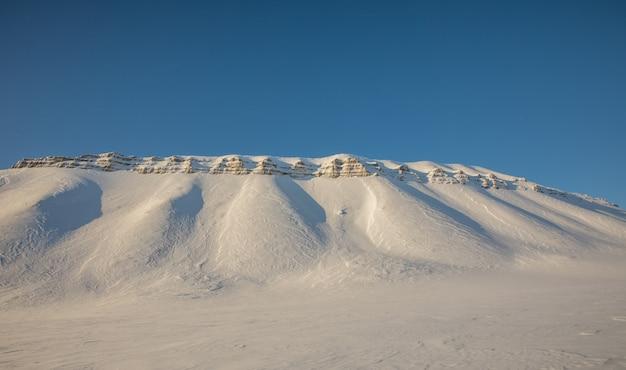 Mooi noordpool de winterlandschap met sneeuw behandelde bergen op svalbard, noorwegen