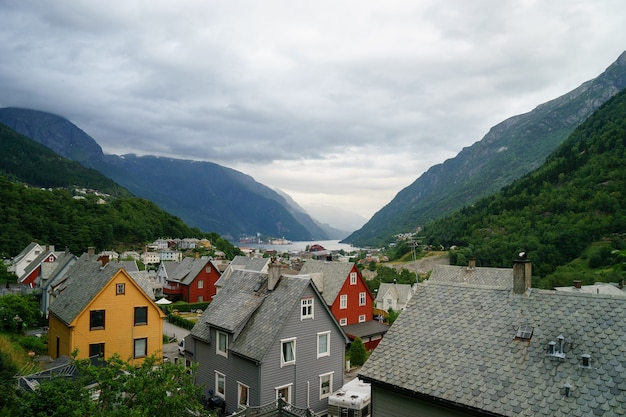 Mooi noors landschap met fjord in odda, toeristische plaatsen in noorwegen, weergave voor ansichtkaart en behang