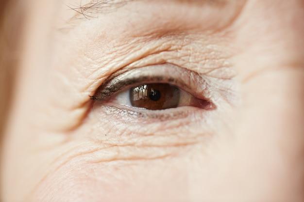 Mooi oog van senior vrouw