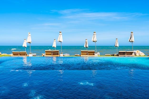 Mooi openluchtaardlandschap met bedligstoel rond zwembad in hoteltoevlucht
