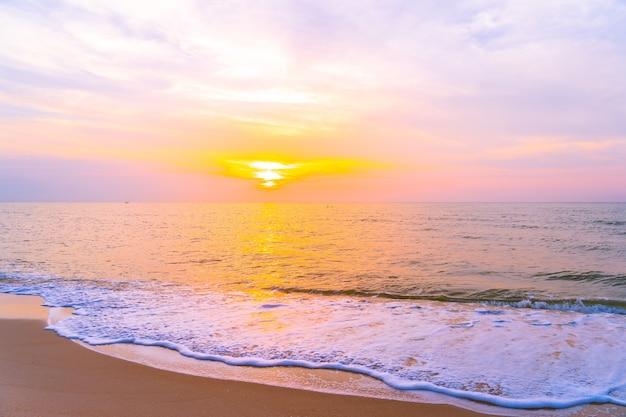 Mooi openluchtlandschap van overzees en tropisch strand in zonsondergang of zonsopgangtijd