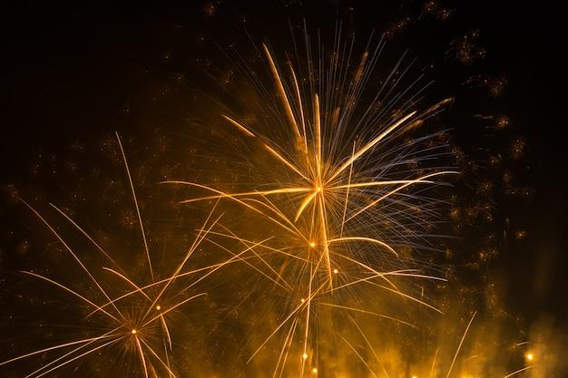 Mooi oranje vuurwerk in de stad voor viering op donkere nacht