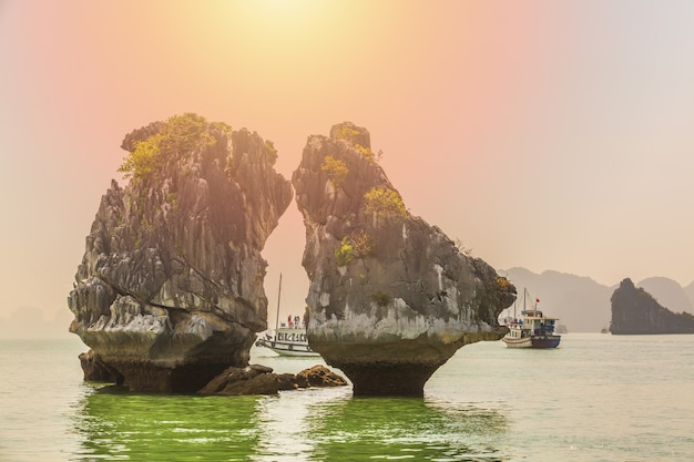 Mooi oriëntatiepunt in ha long-baai