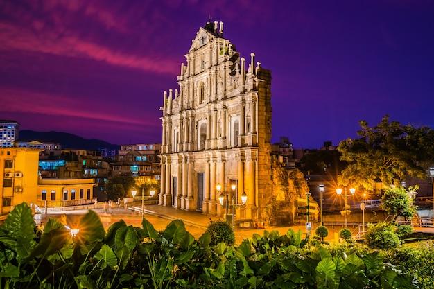 Mooi oud architectuurgebouw met ruïne van st pual kerk