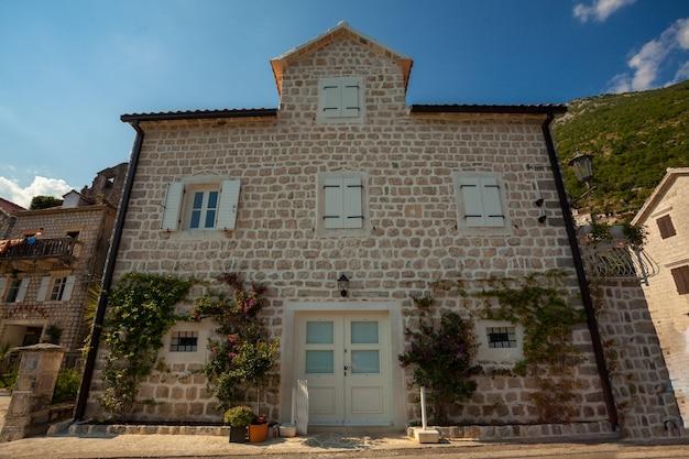 Mooi oud gebouw met witte houten ramen en deuren in de stad perast