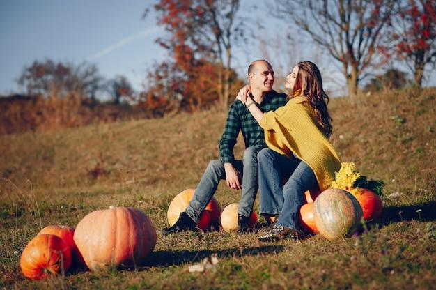 Mooi paar brengt tijd door in een herfst park