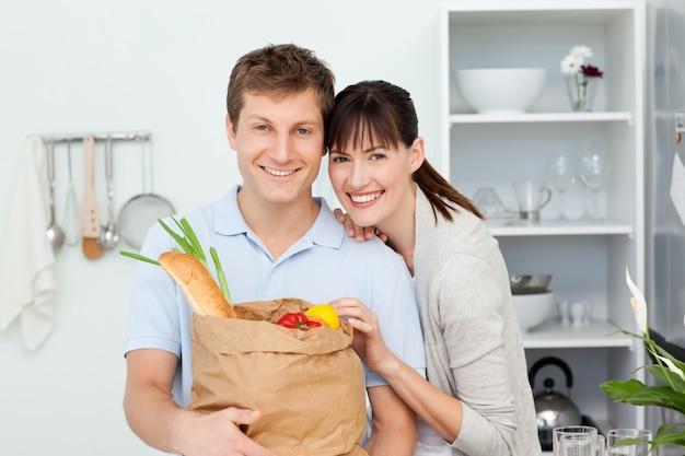 Mooi paar dat de camera met hun shoping bags bekijkt