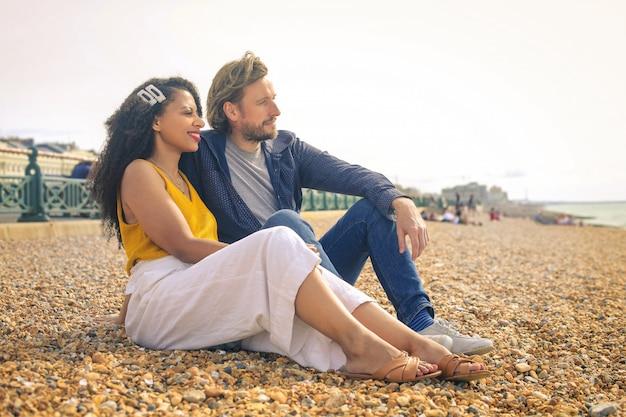 Mooi paar dat een romantische tijd heeft op het strand