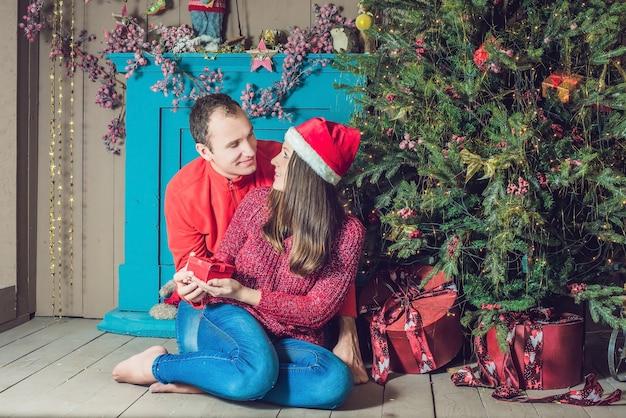 Mooi paar dat kerstmis thuis viert