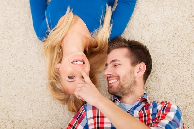 Mooi paar dat op tapijt flirt