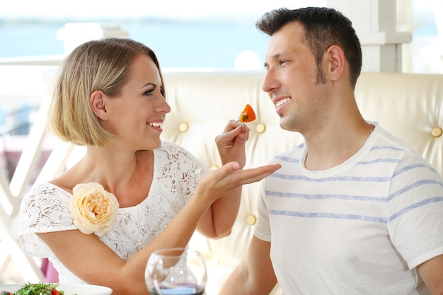 Mooi paar dat romantisch diner heeft bij restaurant