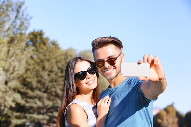 Mooi paar dat selfie op straat neemt